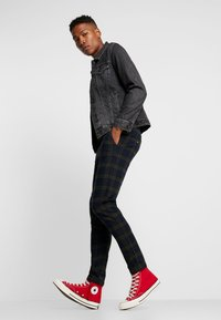 Redefined Rebel - KING PANTS - Kalhoty - dark olive check - 1