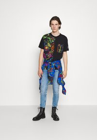 Versace Jeans Couture - REGALIA BAROQUE - Printtipaita - nero - 5