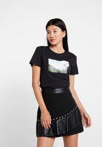 Calvin Klein Jeans - PHOTO PRINT MODERN SLIM TEE - T-shirts med print - black - 0