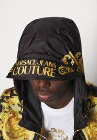 Versace Jeans Couture - PRINT BAROQUE - Lehká bunda - black - 4