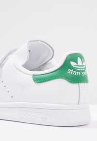 adidas Originals - STAN SMITH LACE-FREE SHOES - Baskets basses - footwear white / green - 6