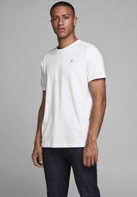 Jack & Jones - 5 PACK - T-shirt basique - white - 1