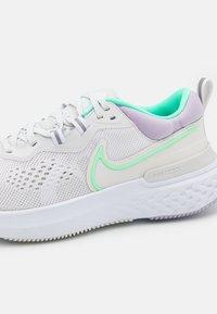 Nike Performance - REACT MILER 2 - Neutral running shoes - platinum tint/green glow/white - 5