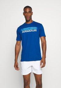 Under Armour - BLURRY LOGO WORDMARK  - T-shirt imprimé - graphite blue/electric blue - 0