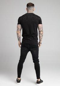 SIKSILK - SPECKLE GYM TEE - T-shirt med print - black/white - 2