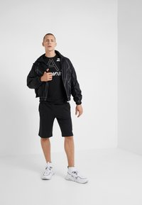 EA7 Emporio Armani - Langærmede T-shirts - black - 1