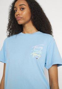 Tommy Jeans - REPEAT SCRIPT TEE - Triko spotiskem - light powdery blue - 3