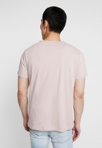Burton Menswear London - CITY PLACEMENT GRAPHIC ECHO LIGHT  - T-Shirt print - pink - 2