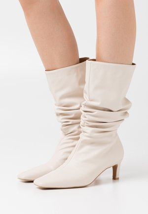 LOOSE EXTENDED SQUARED TOE BOOTS - Boots - natural