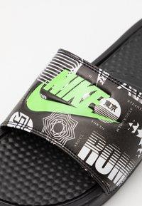 Nike Sportswear - BENASSI JDI PRINT UNISEX - Sandalias planas - black/green strike/black/white - 5