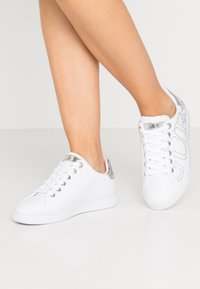 Guess - RAZZ - Sneakers laag - white - 0
