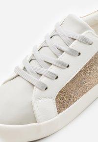 Cotton On - TIBI UNISEX - Tenisky - gold glitter/blush - 5