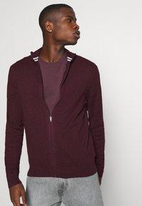 Burton Menswear London - FINE GAUGE ZIP THROUGH - Strickjacke - burgundy - 3