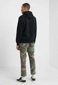 Nike SB - ICON HOODIE PO ESSNL UNISEX - Hættetrøjer - black/white - 2