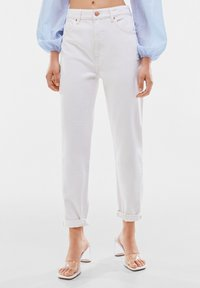Bershka - MOM FIT JEANS - Jeans baggy - white - 0