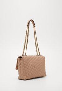 Tory Burch - KIRA CHEVRON CONVERTIBLE SHOULDER BAG - Handbag - devon sand - 2