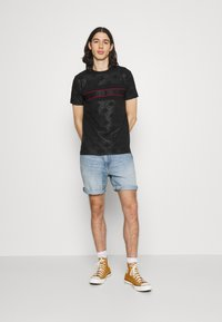 Glorious Gangsta - MINOS TEE - T-shirts print - jet black/red - 1