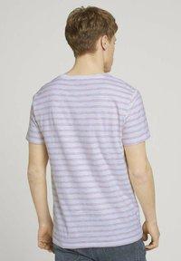 TOM TAILOR DENIM - MIT STREIFENMUSTER - T-shirt med print - white orange injected stripe - 2