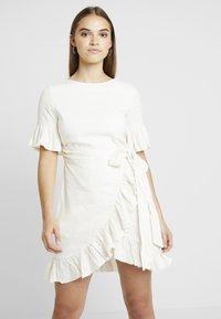 NA-KD - QUEEN OF JETLAGS FRILL DETAILED DRESS - Hverdagskjoler - off white - 0