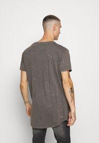 Brave Soul - GENKO - Print T-shirt - grey acid wash - 2