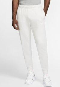 Nike Sportswear - CLUB - Tracksuit bottoms - vast grey/white - 0