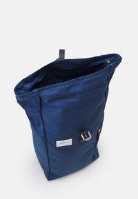 Sandqvist - DANTE UNISEX - Batoh - blue/black - 2