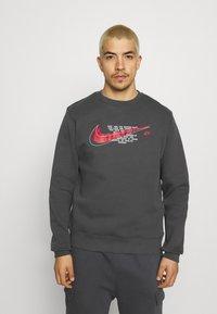 Nike Sportswear - COURT CREW - Sweatshirt - anthracite - 0