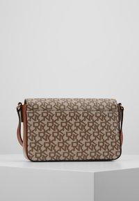 DKNY - BRYANT FLAP CBODY SUTTON - Across body bag - chino / caramel - 2
