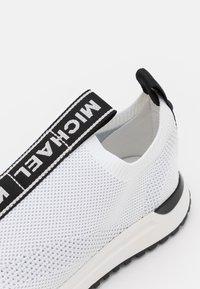 MICHAEL Michael Kors - BODIE SLIP ON - Sneakers laag - opticwhite - 6