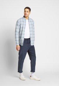 Farah - HAWTIN - Spodnie materiałowe - yale - 1
