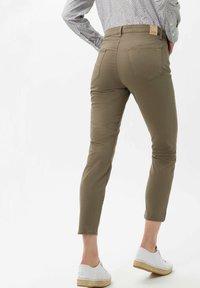 BRAX - STYLE SHAKIRA S - Slim fit jeans - khaki - 2