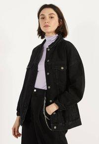 Bershka - OVERSIZE-JEANSJACKE 01110335 - Kurtka jeansowa - black - 0