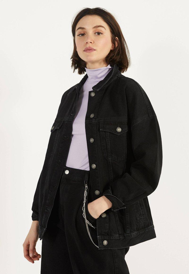 Bershka - OVERSIZE-JEANSJACKE 01110335 - Kurtka jeansowa - black
