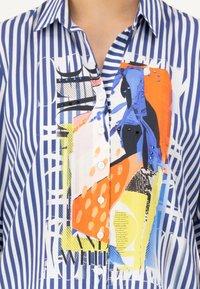 JUST WHITE - Button-down blouse - indigo streifen - 2