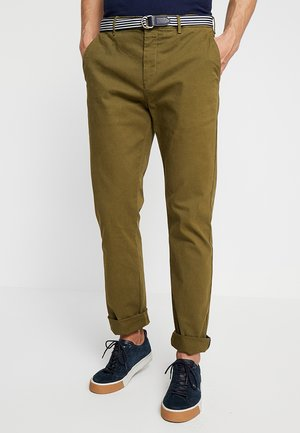 STUART WITH BELT IN STRETCH - Chinos - military green