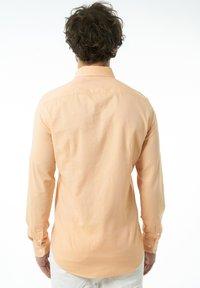 Auden Cavill - Shirt - lachs - 2