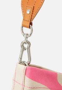 Marimekko - KUUNSÄDE TAIFUUNI BAG - Käsilaukku - brown/pink - 4