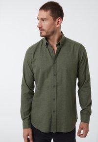 Auden Cavill - Shirt - dunkelgrã¼n - 2