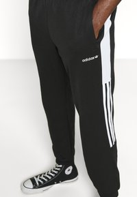 adidas Originals - CLASSICS  - Jogginghose - black/white - 5