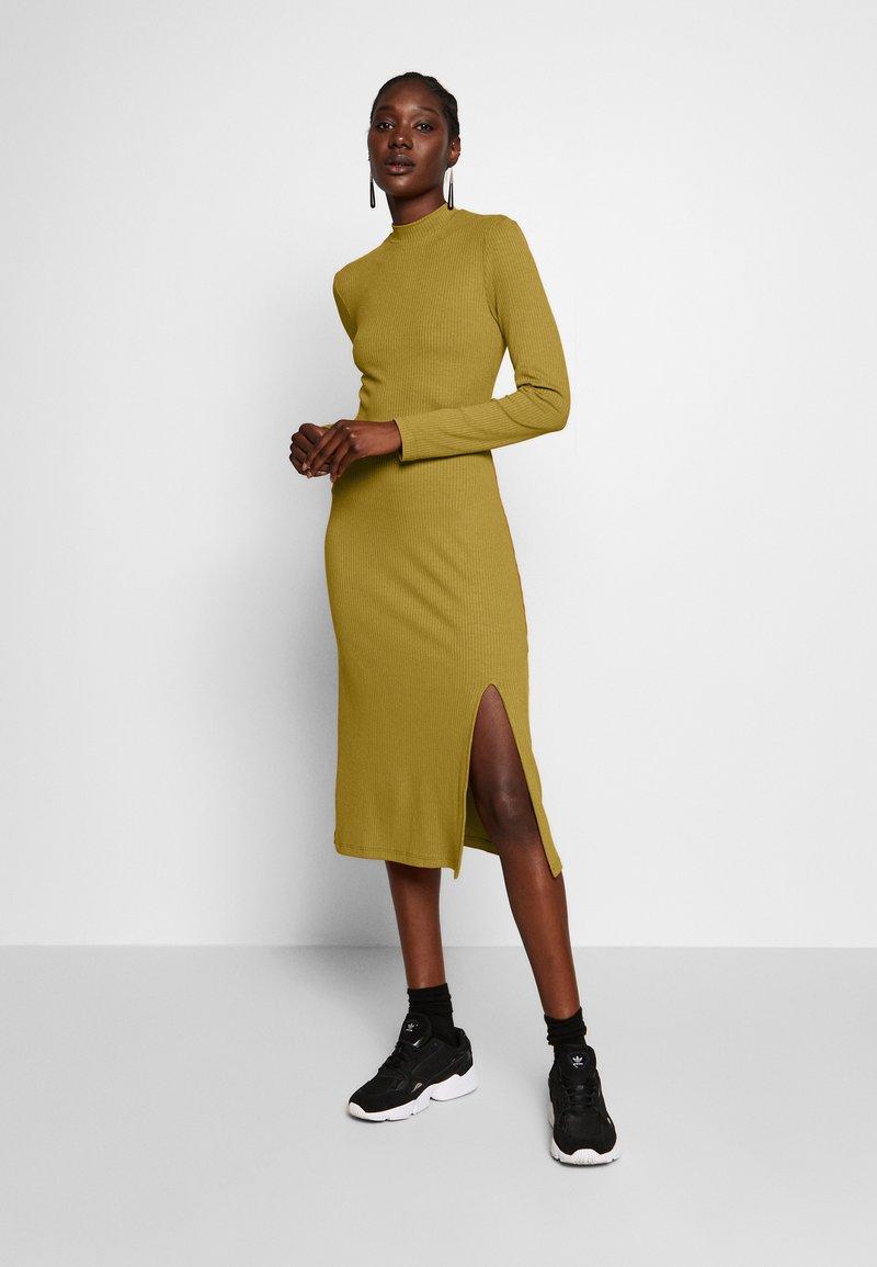 Zign - RIB PERKIN NECK DRESS WITH HIGH  - Denní šaty - oliv