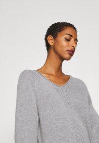 Selected Femme - V NECK - Strickpullover - light grey melange - 4