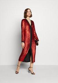 MANÉ - MAE DRESS - Cocktailkjole - black/rouge - 1