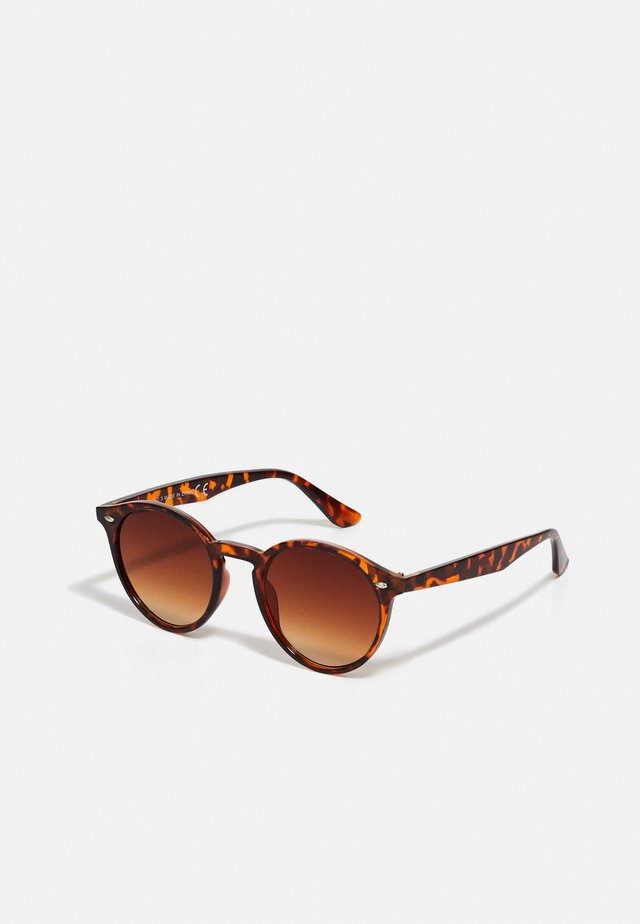 HARRY ROUND TORT - Sluneční brýle - brown