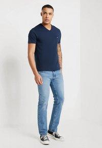 Calvin Klein - V-NECK CHEST LOGO - T-shirt - bas - blue - 1