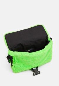 DKNY - SHOULDER BAG - Taška spříčným popruhem - fluo green - 2