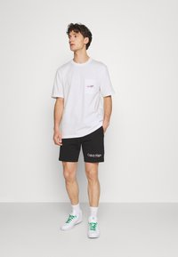 adidas Originals - LOGO TEE UNISEX - T-shirt imprimé - white - 1