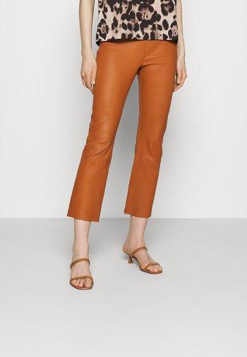 CEDAR PANT - Kožené kalhoty - honey
