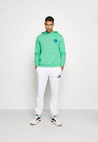 Santa Cruz - UNISEX DRESSEN PUP DOT HOOD - Sweatshirt - jade green - 1