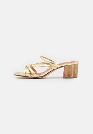 Slip-ins med klack - light gold