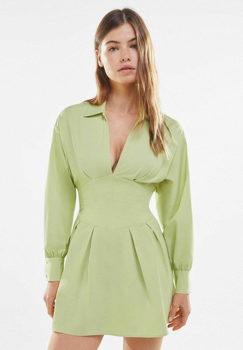 Bershka - MIT KORSETT UND SCHLEIFE AM RÜCKEN - Sukienka letnia - green